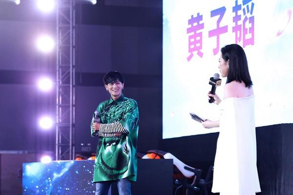 黄子韬现身多益网络品牌战略发布会 趣味互动玩出新梗
