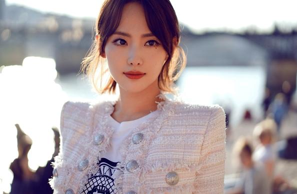 张嘉倪将出席巴黎时装周5场大秀,展现幸福女王范
