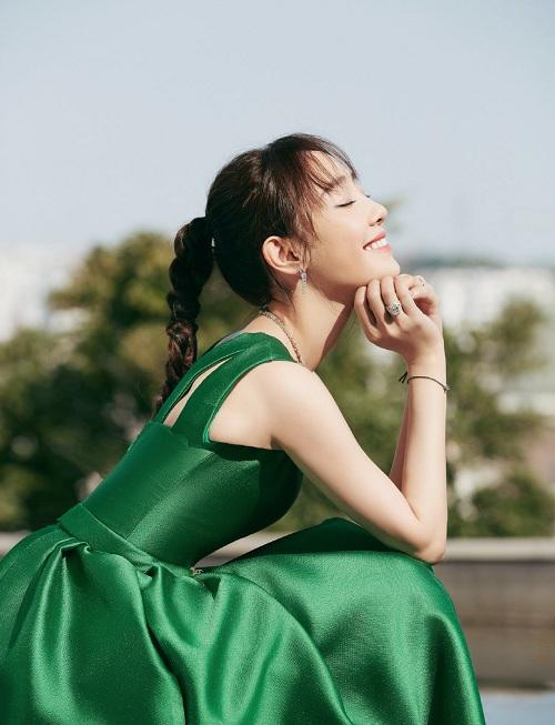 白百何复古孔雀绿长裙清新雅致 扎麻花辫少女感满满