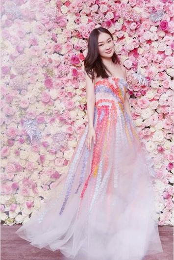 霍思燕锦鲤花朵裙仙气十足 杜江为今年首个华语电影奖开场致辞