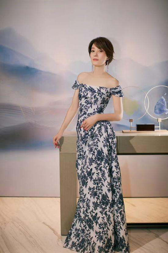 马伊俐穿青花瓷长裙拍写真清新素雅 秀完美肩颈线条气质迷人